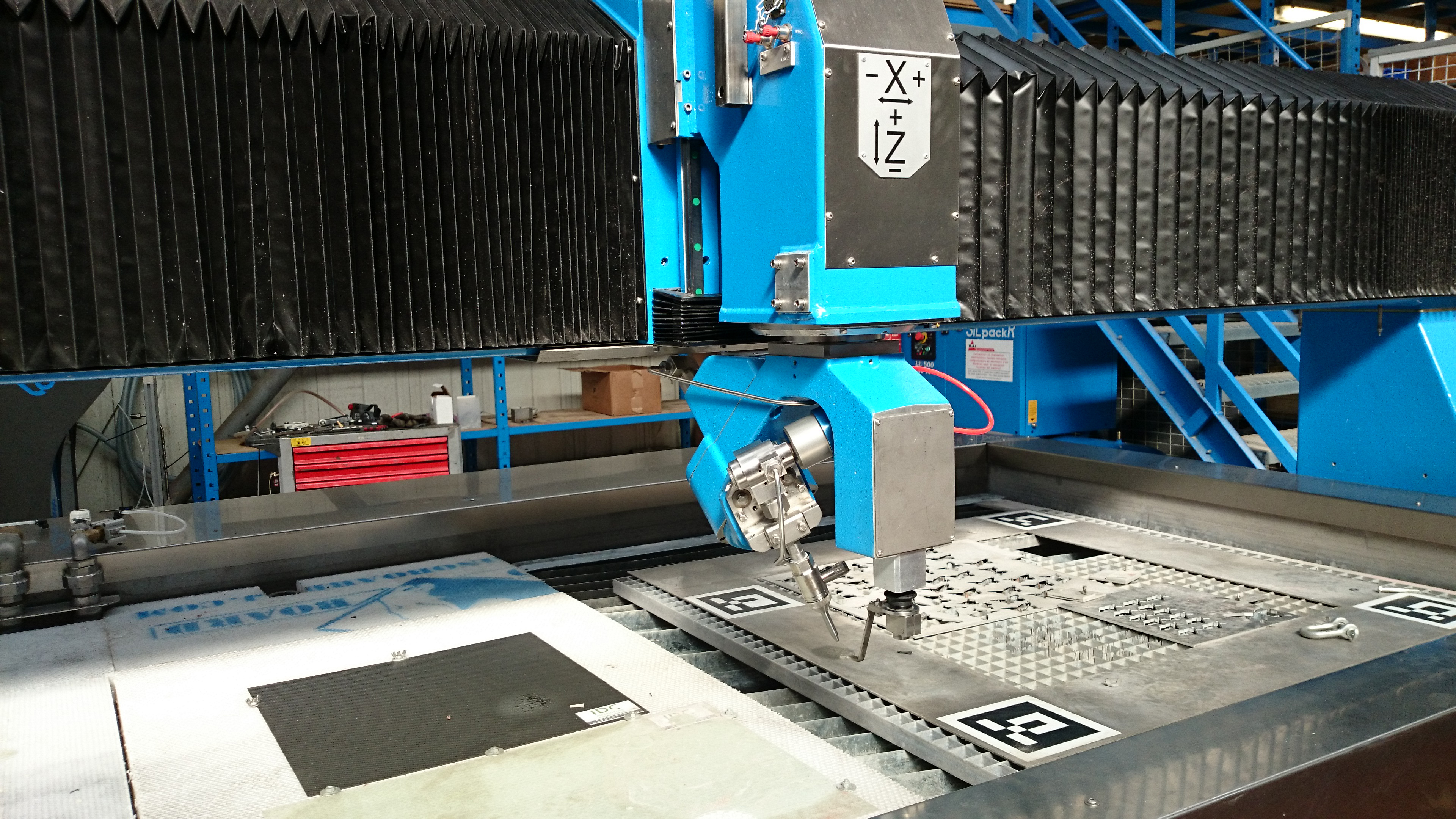 Installation of the mini cutting head in a waterjet cutting system